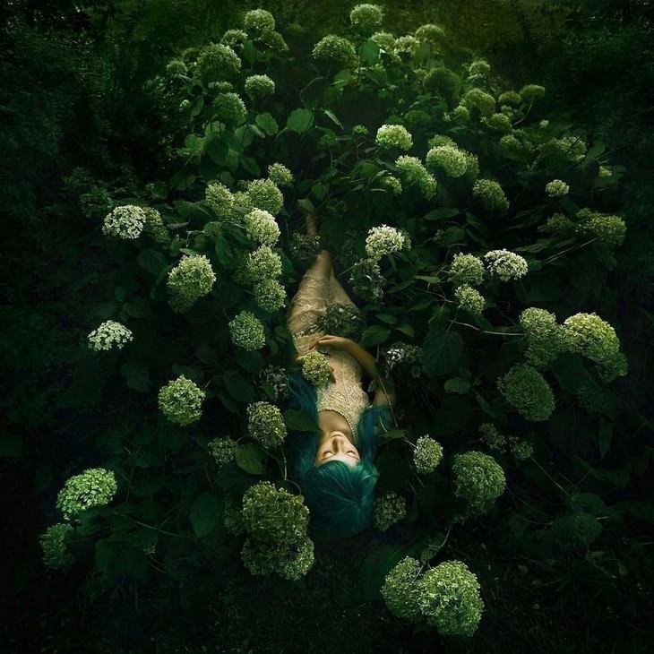 תמונות של נשים על רקע של טבע