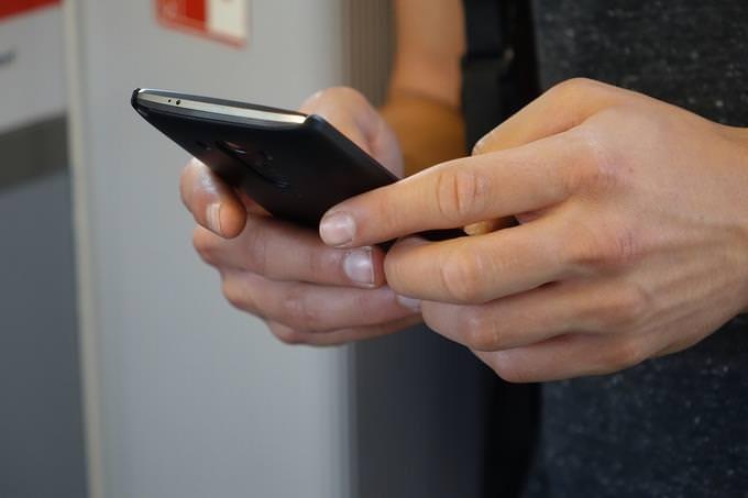 מבחן אישיות - מניע: ידיים אוחזות בטלפון חכם