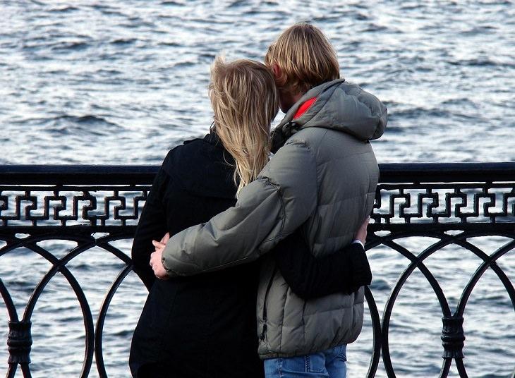 יצירת מערכת יחסים ארוכת שנים: זוג עומד מול הים