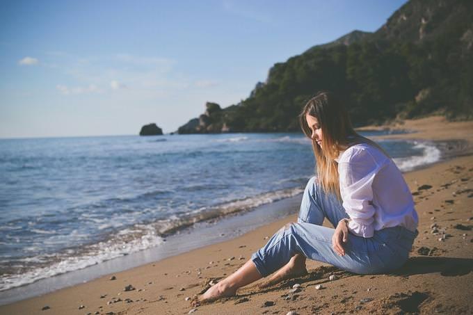 מבחן אישיות - מניע: אישה יושבת על חוף ים