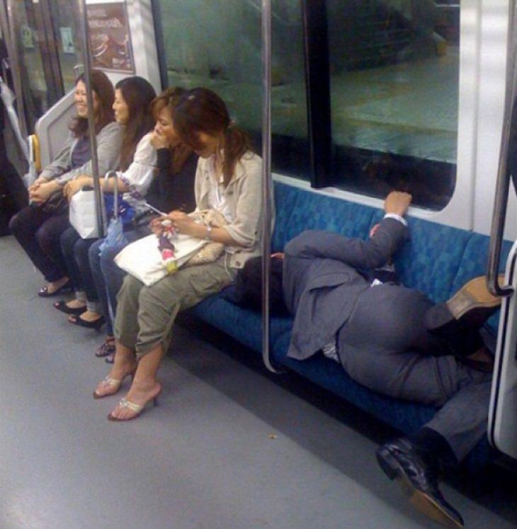 תמונות של אנשים שנרדמו במקומות משונים: אדם ישן על מושבי אוטובוס
