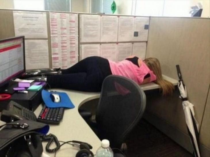 תמונות של אנשים שנרדמו במקומות משונים: אישה ישנה על שולחן עבודה