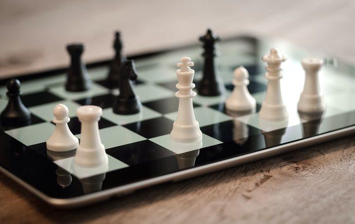 מהי בינה מלאכותית: משחק שחמט על גבי מחשב לוח