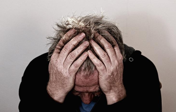גורמים לסחרחורת: אדם תופס בראשו