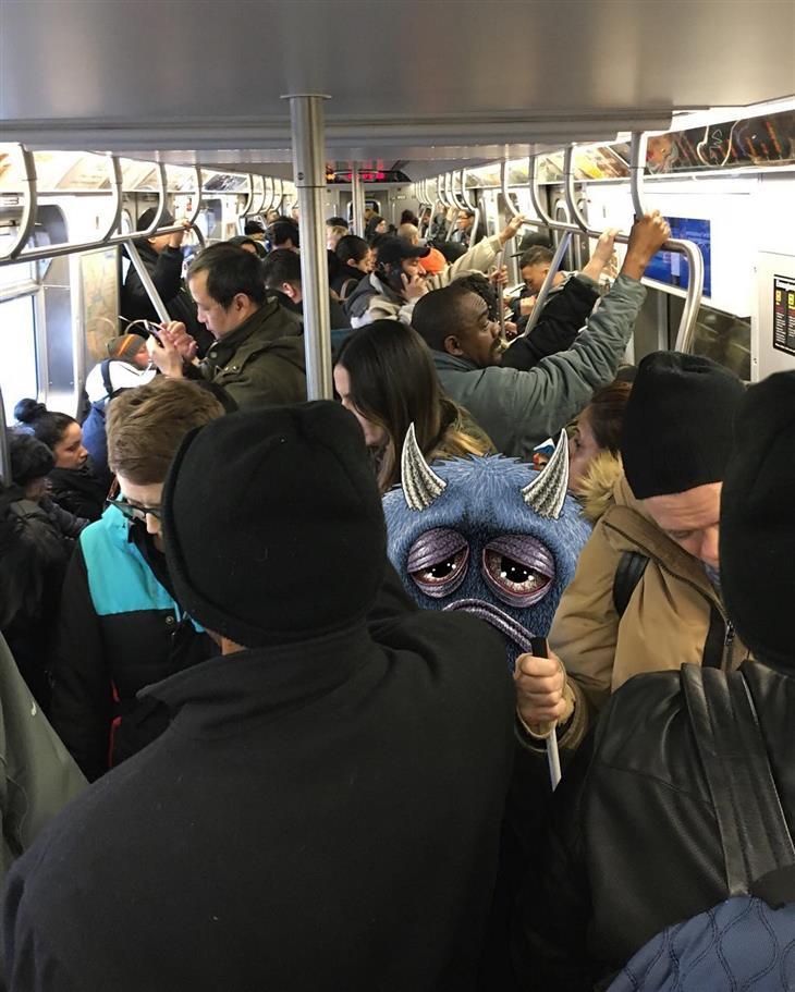 איורי מפלצות ברכבת: מפלצת עצובה בין אנשים שדחוסים בתוך קרון רכבת