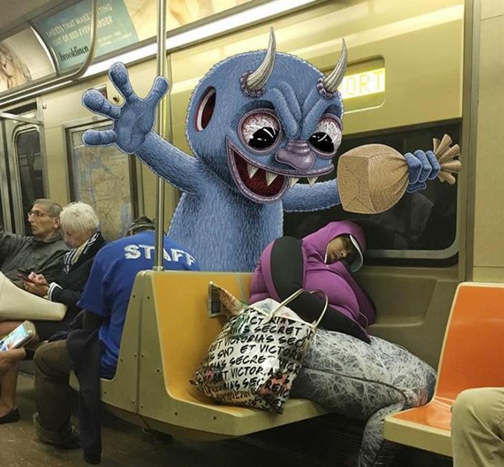 איורי מפלצות ברכבת: מפלצת מאיימת לפוצץ שקית מעל לראש של אישה שישנה ברכבת