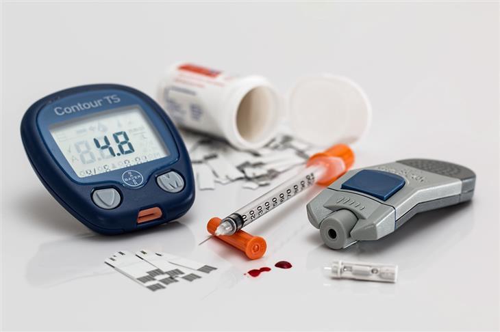 כל האמת על צריכת סוכר והסיכון לחלות בסוכרת: מכשירים למדידת רמת הסוכר בדם ומזרק
