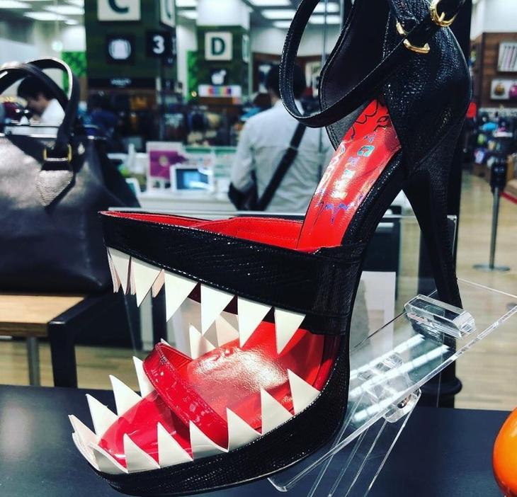 נעלי עקב מגוחכות: נעלי עקב עם עיצוב שנראה כמו פה של מפלצת