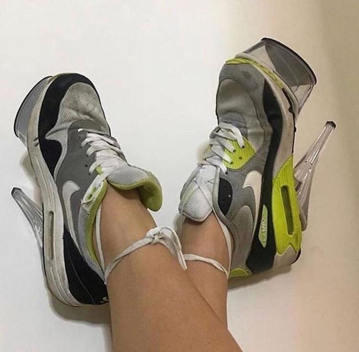 נעלי עקב מגוחכות: נעלי ספורט שחוברו אליהן עקבים גבוהים