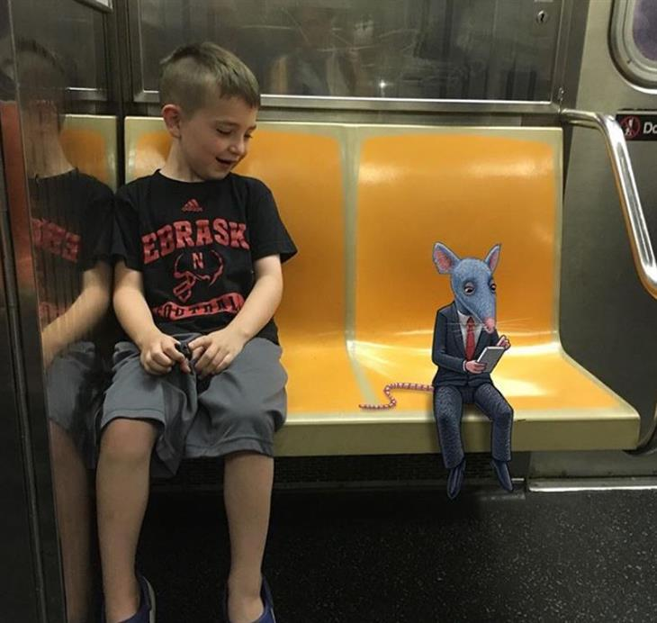 איורי מפלצות ברכבת: ילד מסתכל על עכבר קטן בחליפה שמשתמש בסמארטפון