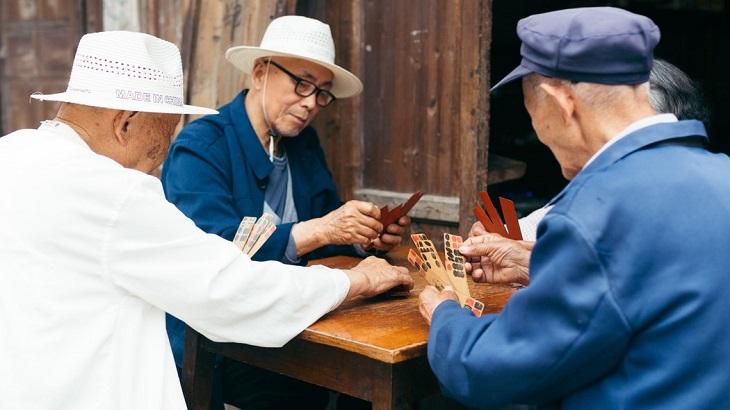 דרכים להתמודד עם תסמונת הקן הריק: 4 גברים יושבים ומשחקים דומינו