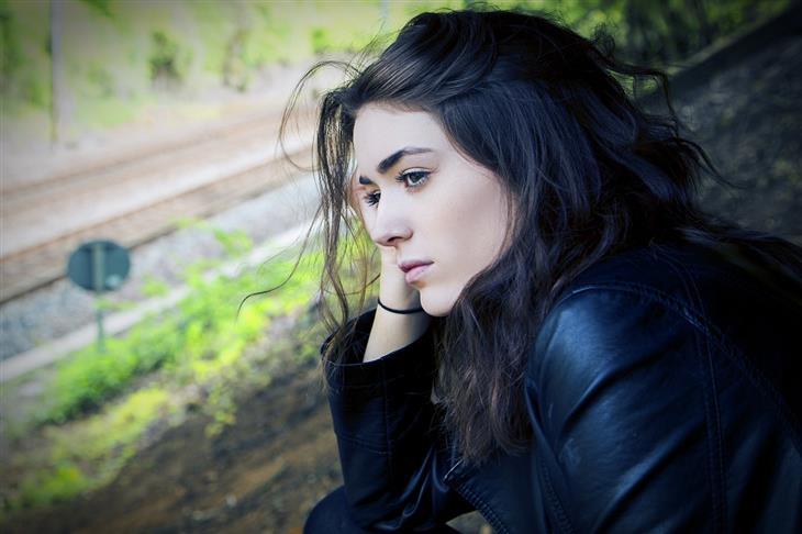 זיהוי דיכאון לפי השפה שבה משתמשים: אישה מביטה לצד ונראית עצובה