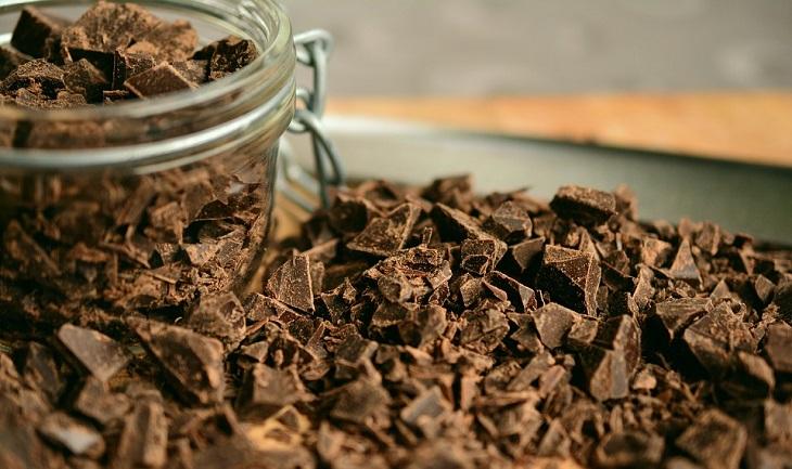 אתרי שוקולד ברחבי אירופה: שוקולד שבור מונח בערימה