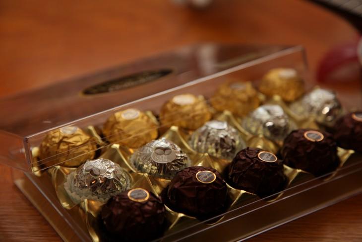 אתרי שוקולד ברחבי אירופה: תבנית של כדורי פררו רושה