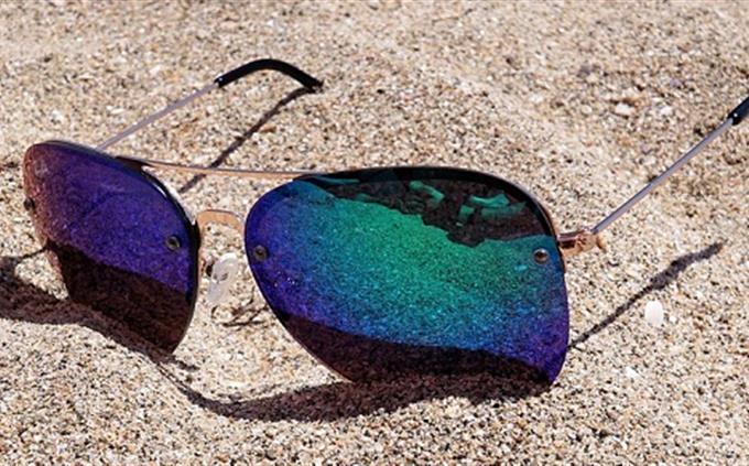 בחן את עצמך: משקפי שמש על החוף