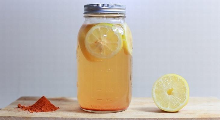 ניקוי רעלים: מיץ קאיין ולימון בצנצנת