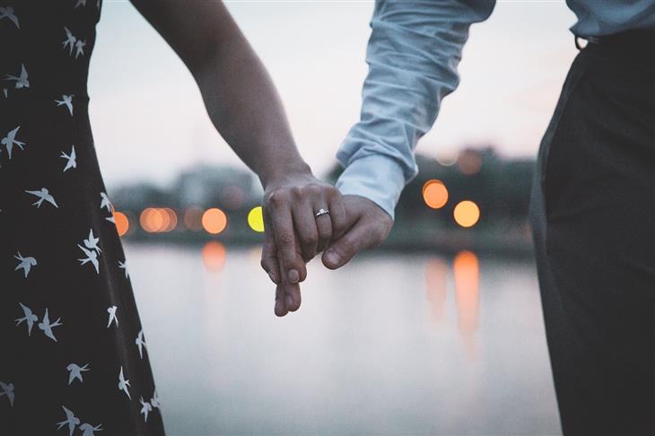 תותב לפין: גבר ואישה מחזיקים ידיים