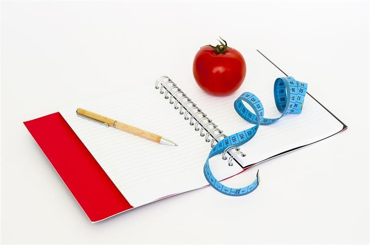 טעויות בדיאטה: מחברת ועליה עיפרון, עגבנייה וסרט מדידה