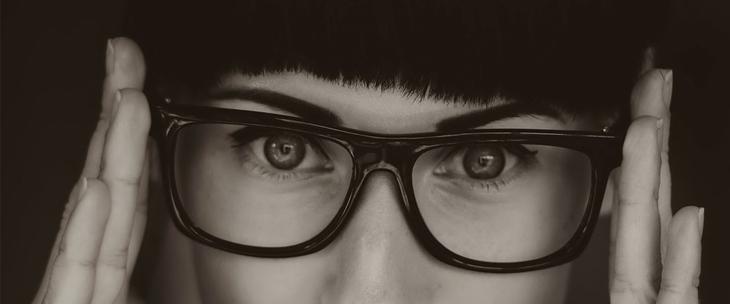תגליות מדעיות: אישה עם משקפיים