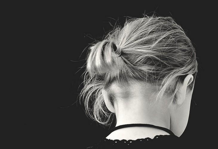 סיבות נסתרות לדיכאון: ראשה של אישה מופנה כלפי מטה
