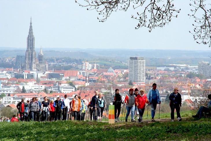 יום ההליכה העולמי: קבוצת אנשים גדולה הולכת וברקע עיר