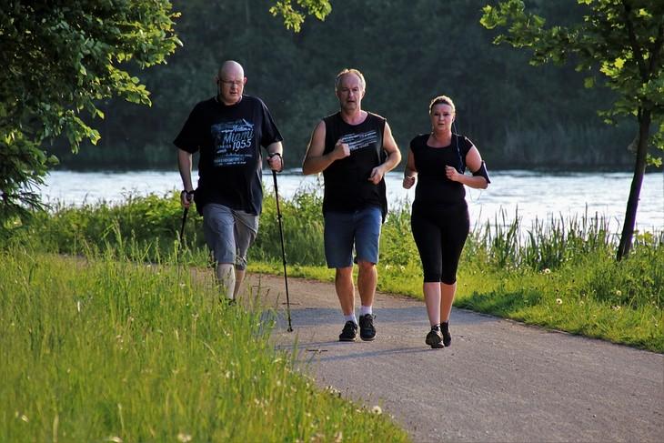 יום ההליכה העולמי: שלושה אנשים מבצעים הליכה בדרך סלולה