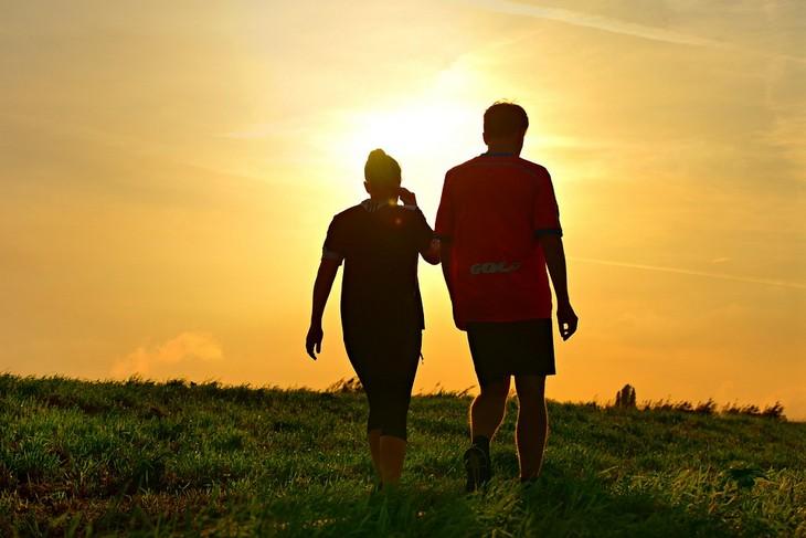 יום ההליכה העולמי: גבר ואישה הולכים וברקע שקיעה