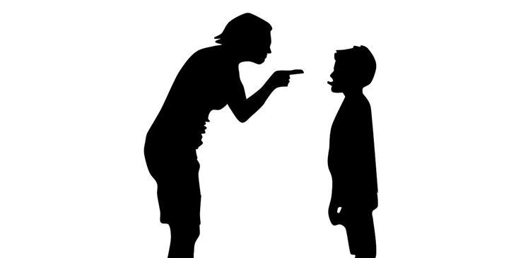 איך להפסיק לצעוק על הילדים: צללית של ילד מוציא לשון לאמו