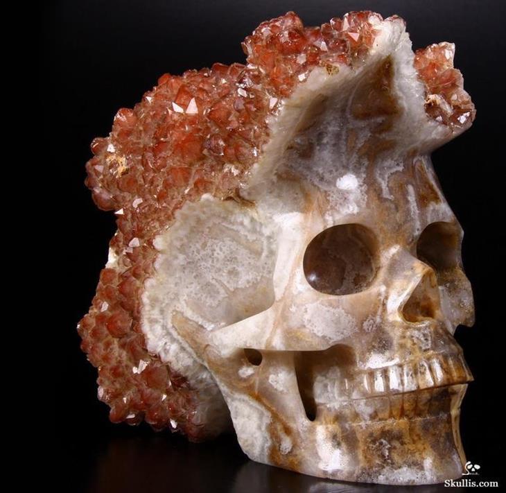 קריסטלים ואבני חן יפים: קוורץ אדום על גולגולת