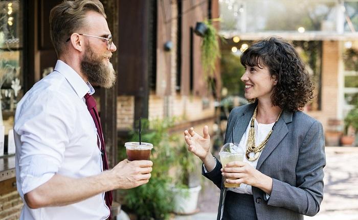 טיפים לחיזוק האסרטיביות והביטחון העצמי: גבר ואישה מדברים ושותים