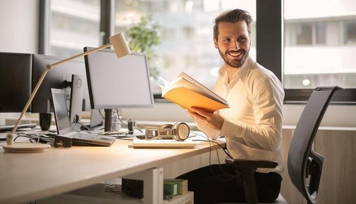 טיפים לחיזוק האסרטיביות והביטחון העצמי: גבר יושב ישב במשרד