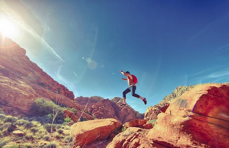 לסמוך על תחושת הבטן: אדם קופץ מסלע לסלע
