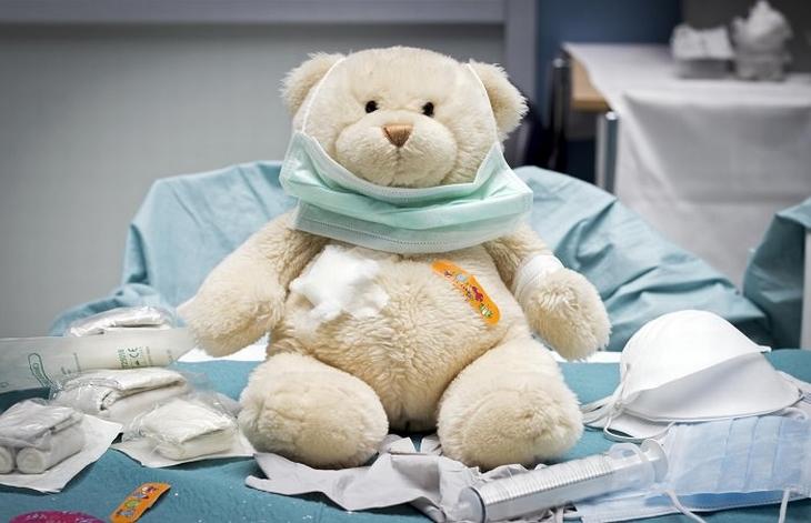 טיפול בשיעול אצל תינוקות: בובה של דובי בחדר רופא