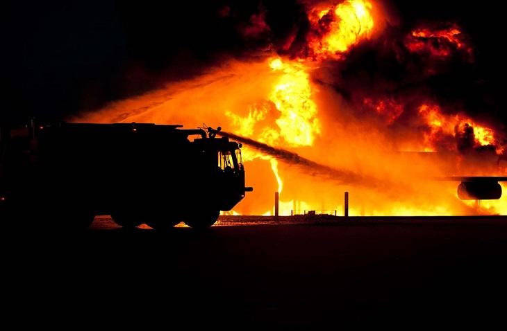 לסמוך על תחושת הבטן: משאית כיבוי אש וברקע שרפה