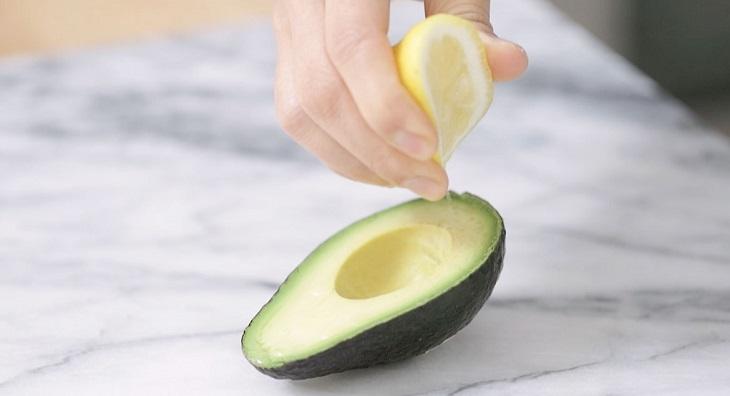 טריקים לשימוש באבוקדו: סחיטת לימון על אבוקדו לשמירת טריותו