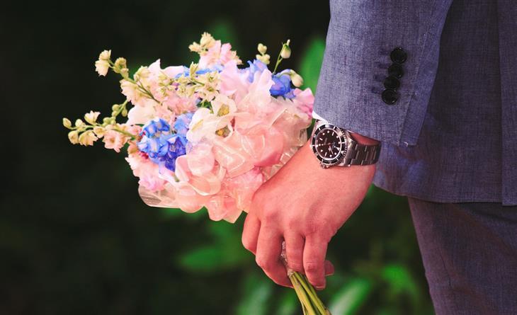 סימנים לכך שהגבר מזניח את אשתו: גבר מחזיק זר פרחים
