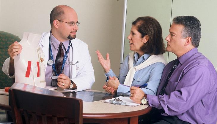 בדיקת מערכת עיכול מקיפה: זוג מבוגרים מתייעץ עם רופא