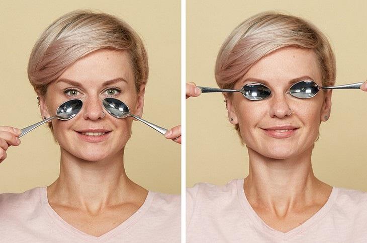 עיסוי עור הפנים בעזרת כפיות ומים: אישה מדגימה עיסוי שיעזור להיפטר משקיות מתחת לעיניים ולהפחית נפיחות