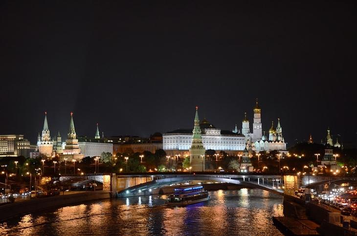 אתרים במוסקבה: נהר ונוף העיר בשעות הלילה