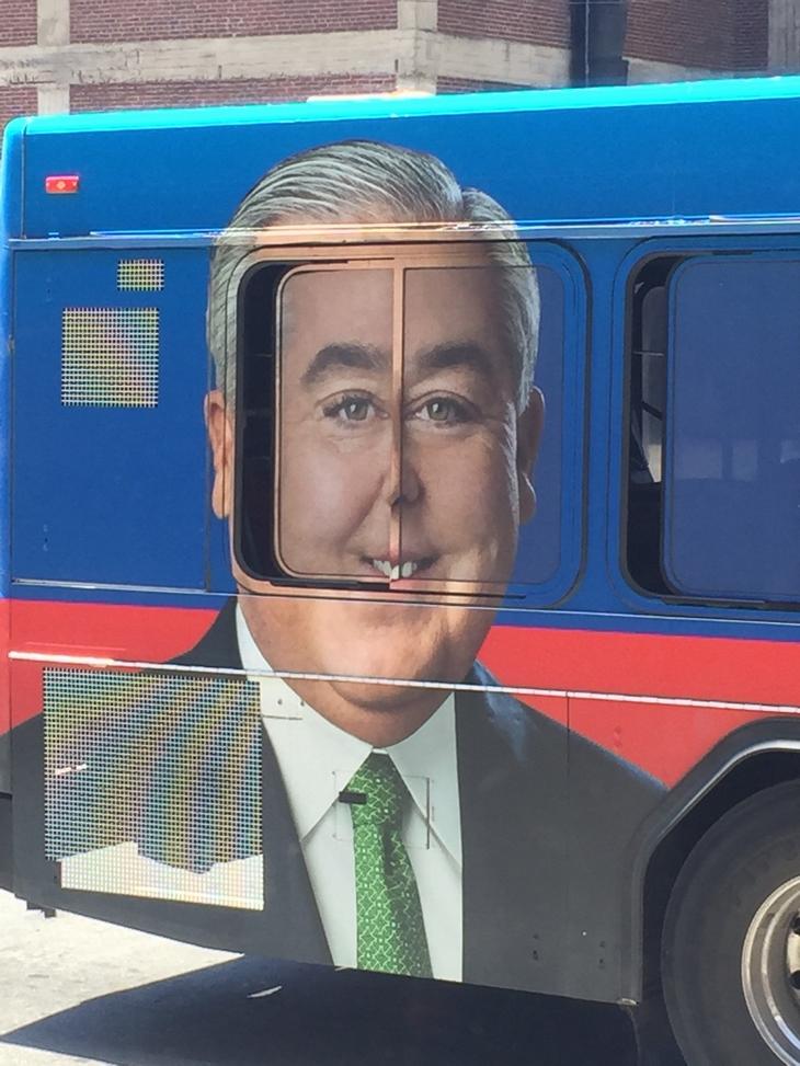 נתנו לך משימה אחת פשוטה: הדפס של ראש של איש על אוטובוס, בדיוק במקום שבו נפתח חלון