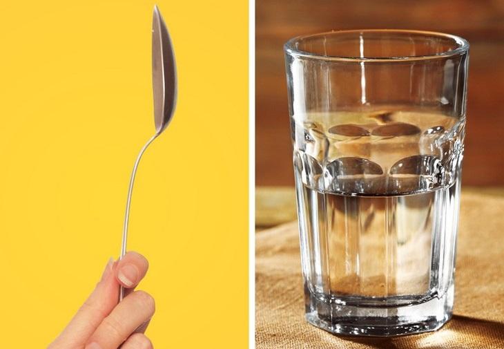 עיסוי עור הפנים בעזרת כפיות ומים: כף וכוס מים