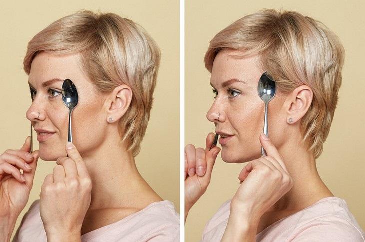 עיסוי עור הפנים בעזרת כפיות ומים: אישה המדגימה עיסוי שיעזור להיפטר מקמטים בצדי העיניים