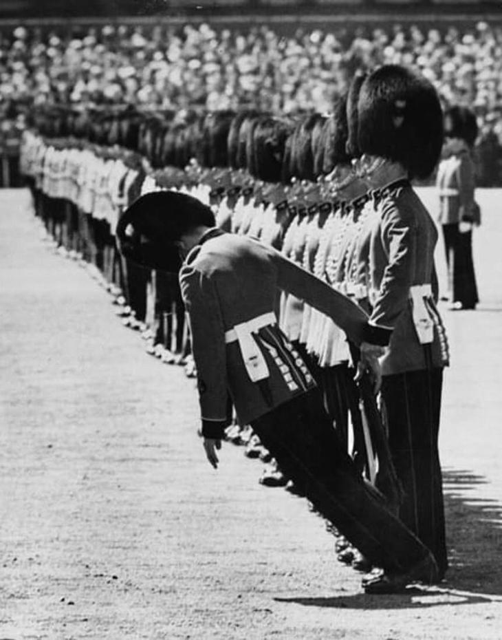 תמונות שצולמו ברגע הנכון: שומר ממשמר המלכה מתעלף, רגע לפני שהוא נופל לרצפה