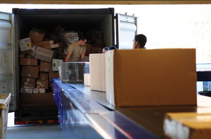 מיסים ומכסים בהזמנות מוצרים מקוונות: חבילות על משוא לקראת העמסה על משאית
