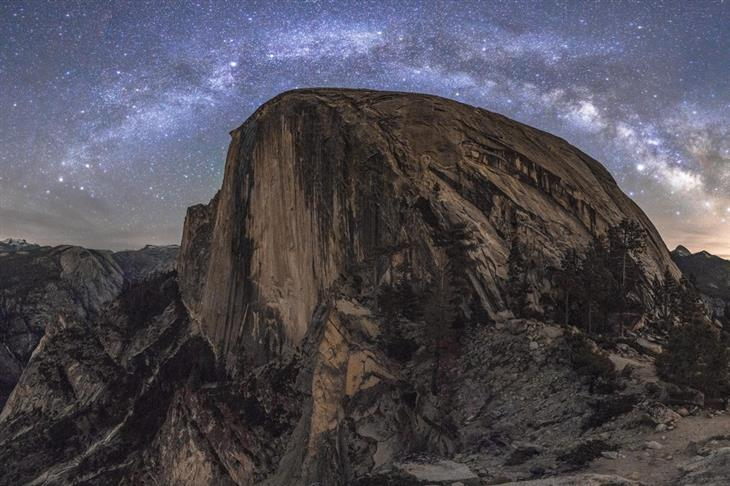 תמונות טבע מדהימות מארצות הברית: שביל החלב בקשת מושלמת מעל לחצי כיפה בפארק הלאומי יוסמיטי שבקליפורניה