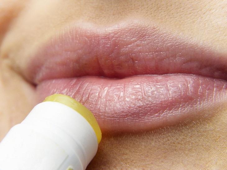 10 סיבות לשימוש בשמן חוחובה: מריחת שפתון על השפתיים