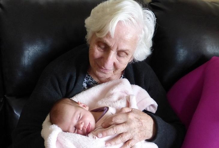 רגעים שרק סבים וסבתות יבינו: סבתא עם נכדה בידיה