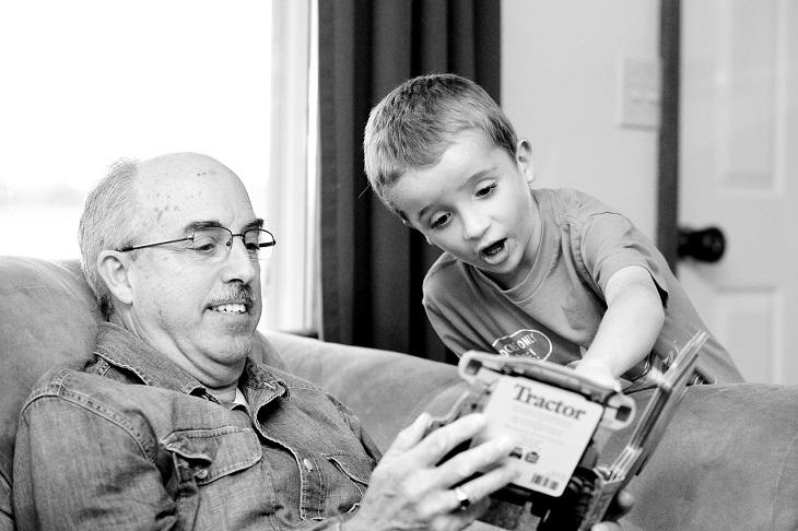 רגעים שרק סבים וסבתות יבינו: סב ונכדו קוראים בספר ביחד