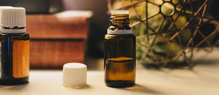 10 סיבות לשימוש בשמן חוחובה: בקבוקון עם שמן חוחובה
