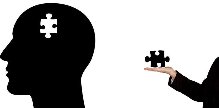 10 מיתוסים על המוח האנושי שהתבררו כלא נכונים: ראש של אדם עם חלק של פאזל חסר שנמצא על כף יד
